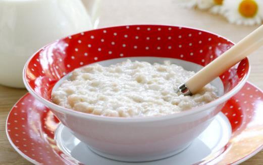 燕麦片牛奶的做法_做法:将牛奶倒入小锅中,再加入燕麦片及草莓果酱,搅匀后,以小火