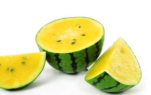 西瓜用保鲜膜盖冷藏更易滋生细菌