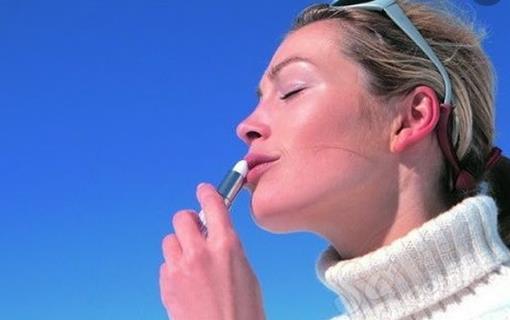 唇部干裂起皮 正确有效地搽润唇膏的方法