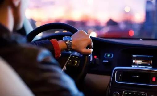 科学的驾驶姿势你知道吗? 途驾车时应注意哪些问题呢