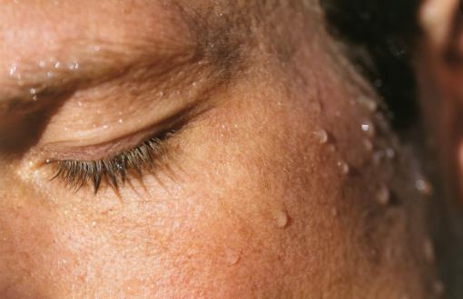 一觉醒来身上都是汗 调节环境温度与湿度缓解夜汗