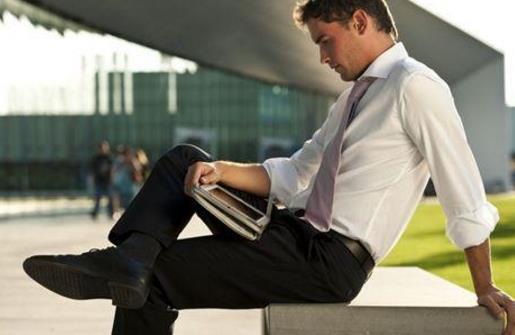 跷二郎腿的危害大 长期跷二郎腿易致脊柱侧弯