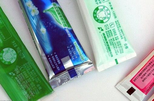 牙膏底部色条代表一些化学成分 彩色短线的含义大不同