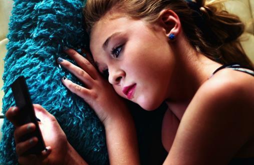 躺在床上玩手机的弊端 易引起颈椎病影响正常工作