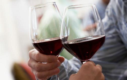想喝酒时减少身体的伤害 白酒黄酒温着喝果盘必须吃