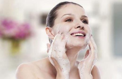 脸部经常出油的人更不健康? 如何护理油性肌肤