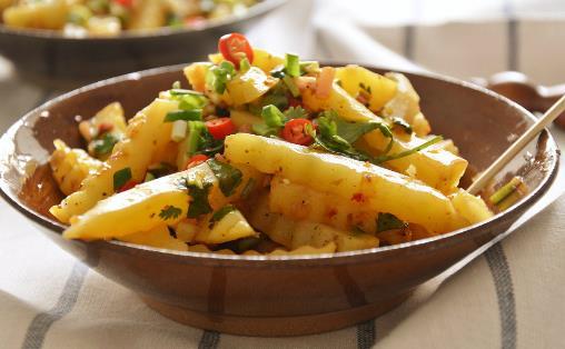 焖煮土豆吃腻了?不妨换这做法尝尝,软烂美味,酸甜可口