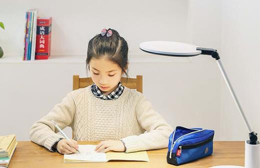 聪明妈咪为孩子挑选靠谱的护眼灯 选择好台灯的标准