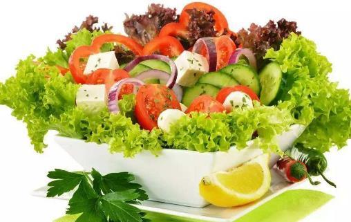 一、久存蔬菜 上班族通常喜欢一周做一次大采购,把采购回来的蔬菜存在家里慢慢吃,这样虽然节省时间、方便,但是要知道,蔬菜每多放置1天就会损失大量的营养素,例如菠菜,在通常状况下(20)每放置一天,维生素c损失高达84%。因此,应该尽量减少蔬菜的储藏时间。如果储藏也应该选择干燥、通风、避光的地方。 二、丢掉含维生素最多的部分 人们的一些习惯性蔬菜加工方式也影响蔬菜中营养素的含量。例如,有人为了吃豆芽的芽而将豆瓣丢掉,实际上豆瓣的维生素c含量比豆芽多2~3倍。再比如,做饺子馅的时候把菜汁挤掉,维生素会损失70