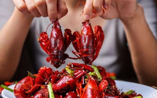 近年来吃完小龙虾后发生横纹肌溶解症的人也不少 ,典型表现为肌肉酸痛、无力,小便呈酱油色 ,因此,如果进食小龙虾后24小时内出现全身或局部肌肉酸痛 ,一定要尽早前往医院就医 , 并向医生说明进食史。 对于上了年岁的老人和正处于生长发育期的儿童,由于胃肠道和肾脏功能相对较弱,在进食过多的小龙虾后,有可能会加重消化道和肾脏的负担,影响身体健康。所以,老人和小孩在进食小龙虾时,要掌握好量,一次不能进食过多。 小龙虾中的病菌主要是副溶血性弧菌等,耐热性比较强,80以上才能杀灭。除了水中带来的细菌之外,小龙虾中还可