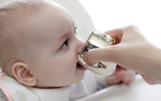 有这些信号 说明宝宝需要喝水了