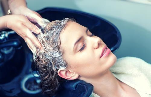经期洗头是否会落病根 洗头最佳时间是早上还是晚上