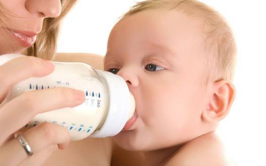 小寶寶吃奶不專心 給寶寶換個安靜的環境來改變