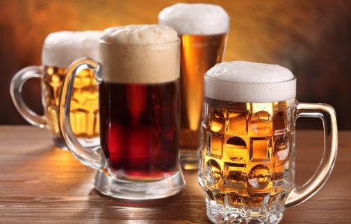 黑啤酒、黄啤酒,夏天应该喝哪种?不管好坏,喝酒别超过