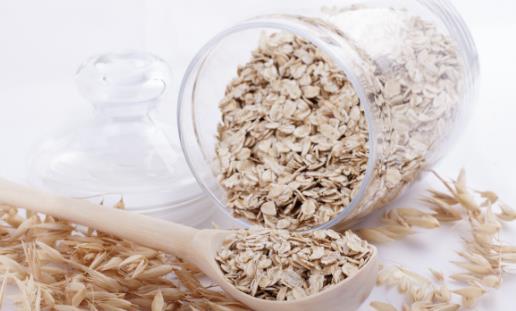 燕麦的食用禁忌 1、一次不宜吃太多 不要因为想快速减肥,就一次吃很多燕麦片,一次吃太多可能造成胃痉挛或胀气。 2、 内火旺盛,肝肺热燥者不宜食用过多 内火旺盛,肝肺热燥者吃过多的燕麦片,容易引起身体不适,因而不宜多吃。 3、麦片≠燕麦片 燕麦的口感是不甜的,所以很多人不喜欢。而麦片是多种谷物混合而成,燕麦只占一小部分或者不含燕麦,且为了口感添加了麦芽糊精、奶精、香精等。 4、患有消化系统疾病的人不宜多食 燕麦片纤维素含量较高,不易消化,有消化系统疾病如胃溃疡、十二指肠溃疡、胃底静脉曲张等的人群要少