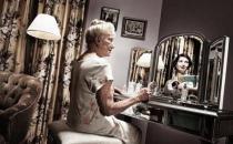老人照镜子是对自身的一种认可 要多试试