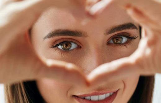 常对着电脑伤眼睛护眼食物要多吃 护眼注意正确姿势