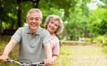 老人避暑 以热制热才是更好的养生之道