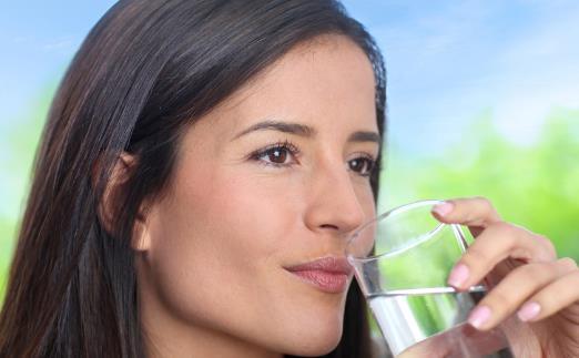 多喝热水的保健功效 保胃秘诀晨起最好喝温开水
