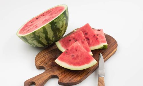 西瓜吃一半,保鲜膜盖住细菌多?三个饮食误区
