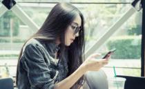 低头玩手机等于扛一袋大米 玩手机的三种姿势要避免