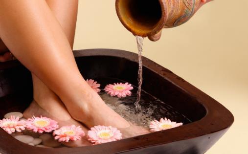 热水泡脚的好处多多 但泡脚并不适合于所有的人