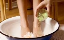 坚持长期热水泡脚好处多 泡脚材料及泡脚容器的要求