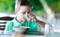 吃饭时到底能不能喝水 饭前饭后都不宜喝水
