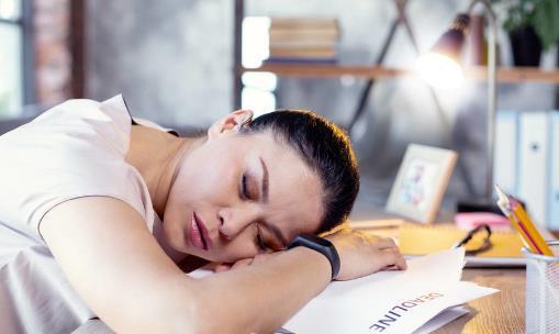 趴着睡午觉的四大危害 最理想的午睡方式