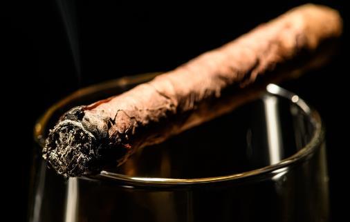 经常吸烟喝酒容易导致男人出现不育症状