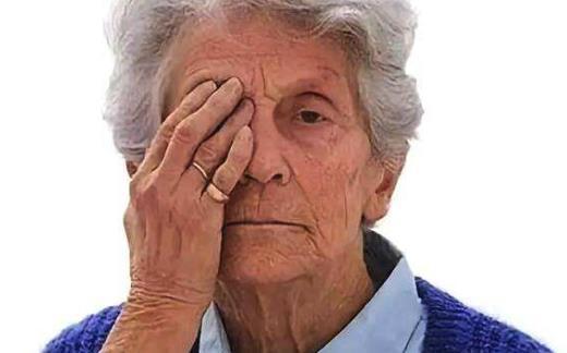 中老年朋友人沉迷手机视疲劳 老眼昏花不一定是老视
