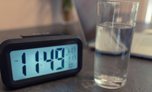 常常熬夜变亚健康 周末补觉能让人满血复活吗
