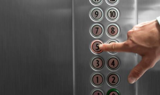 电梯的安全事故频出 被困在电梯的自救法