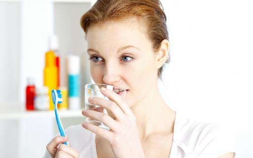 错误刷牙方法反而会伤牙 刷牙的正确方法