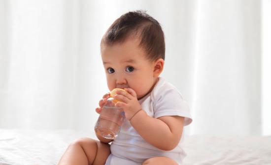 宝宝不爱喝水怎么办 宝宝喝水不宜一次性大量喝水