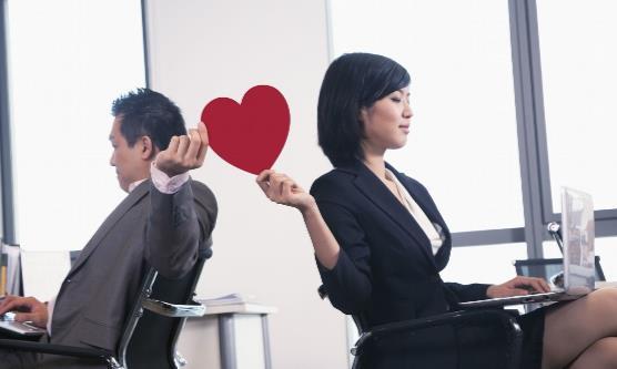 办公室恋情如何处理 办公室恋情有可能出现的问题