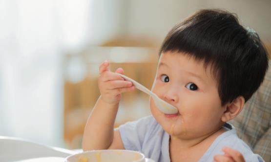 宝宝吃饭不配合的原因 如何解决宝宝吃饭问题