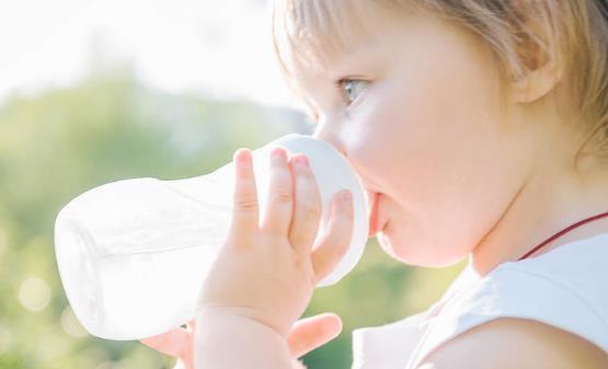 给婴幼儿喝水的讲究 判断喝水是否不够主要还是看尿量