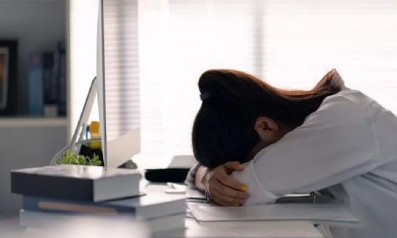 健康知识:午睡能振奋精神增强记忆力 正确的午睡姿势对健康会更好
