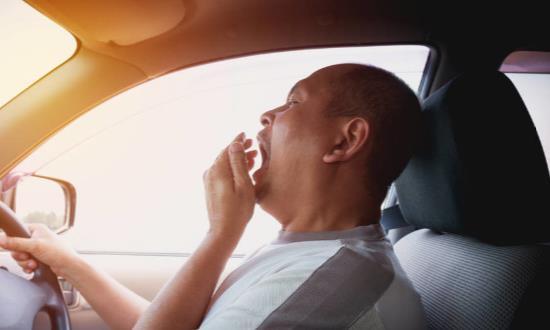 开车犯困别再只会掐大腿 教你开车时如何赶走瞌睡虫