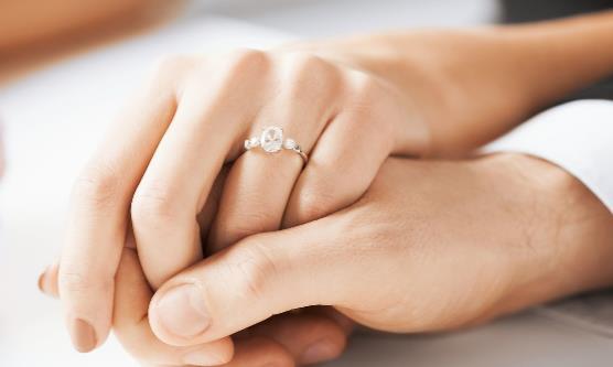 戒指竟然变成紧箍咒 戒指卡手了怎么办