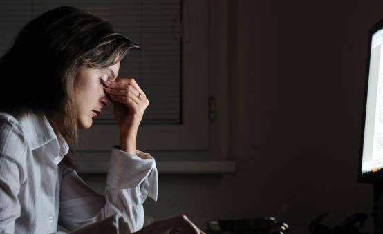 熬夜眼袋严重 9个小方法可以帮你恢复迷人的双眼