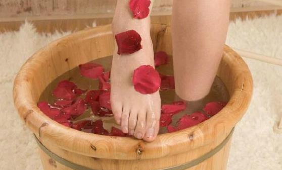 泡脚养生真的不是人人都适合 泡脚应遵循两个原则