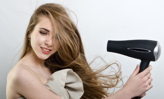 吹风机里缠入了头发怎样清理 如何用吹风机正确吹发
