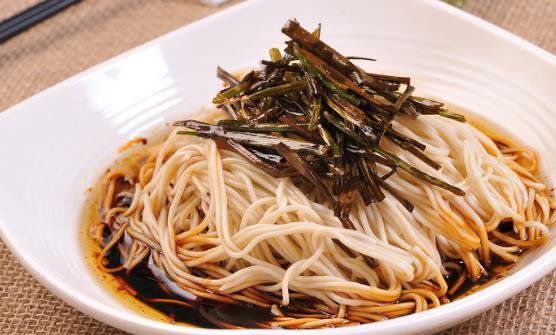 面食制作方法丰富多样 葱油拌面的家常做法