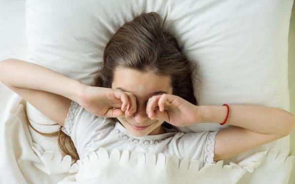 早起3不要,睡前4远离,不要着急起床,要吃早餐,远离熬夜
